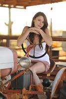morena en tractor viejo foto