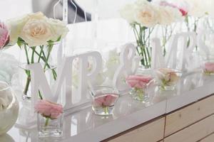 decoraciones de la mesa de boda del señor y la señora foto