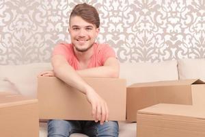 feliz joven esposo sosteniendo la caja