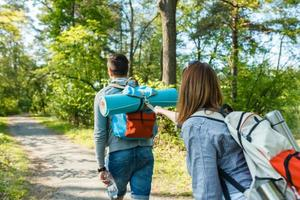 stel gaat wandelen, bos, recreatie