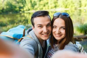 pareja va de excursión, bosque, recreación, imagínese