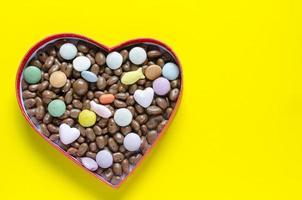 hartvormige doos gevuld met kleine bonbons