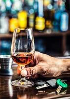 mano di cognac o brandy le chiavi della macchina