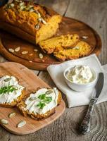 pão de abóbora com cream cheese