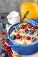 saborosa aveia caseira saudável com frutas vermelhas no café da manhã
