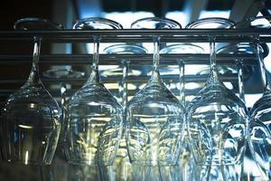 Copas de vino vueltas hacia arriba en el restaurante bar de cerca foto