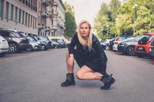 hermosa chica posando en las calles de la ciudad foto