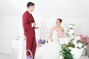 feliz pareja de recién casados foto
