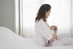 mãe amamentando bebê recém-nascido