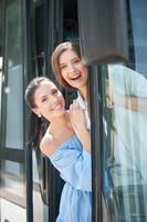 hermosas mujeres jóvenes se están burlando en el transporte