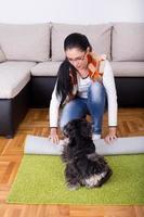 niña y puerta en la alfombra