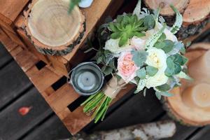 ramo de novia de rosas sobre tablas de madera