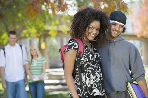 casais jovens saindo no campus