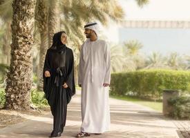 pareja emirati en el parque foto