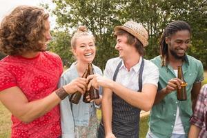 amigos felices en el parque con barbacoa
