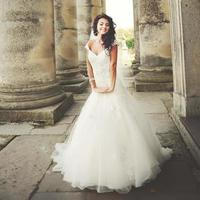 stylish brunette bride between columns