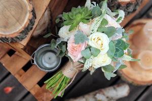 bouquet de noiva de rosas em pranchas de madeira