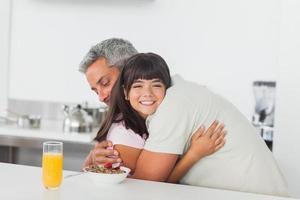 menina dá um abraço no pai
