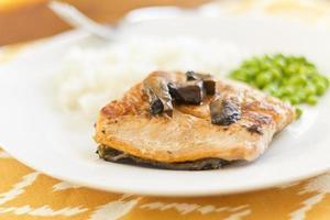 salmón con champiñones portobello foto