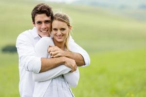 retrato de pareja joven en pastizales foto