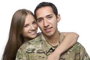 militärischer Ehemann und Ehefrau umarmen sich