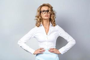 concepto de negocio para mujer joven emocional
