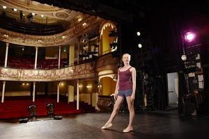 confiado joven bailarina de ballet en el escenario