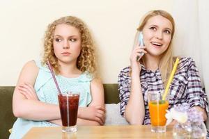 chica con teléfono móvil en la cafetería foto