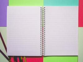 caderno em um fundo de cor foto
