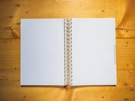 caderno escolar em fundo de madeira foto