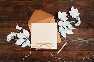 Vista superior del sobre y tarjeta de felicitación kraft en blanco.