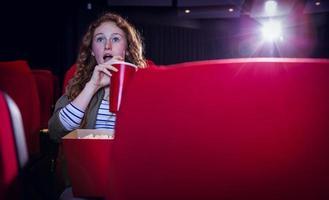 mujer joven, mirar una película, en, cine