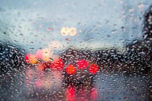 Imagen borrosa de la vista del tráfico a través del parabrisas de un coche