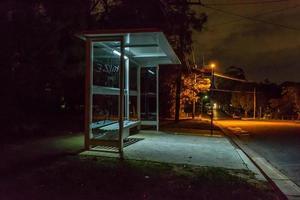 parada de autobús en la noche foto