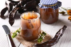 mermelada de algarroba en tarro foto