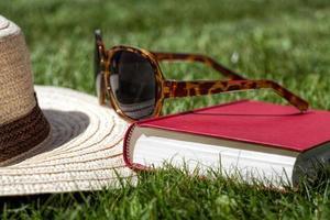 accesorios de verano en una hierba foto