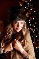 Retrato de invierno de una bella mujer