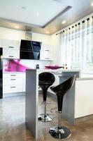 mesa pequeña en la cocina foto