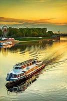 Barco de motor navega en el río Volga