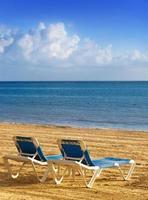 ligstoelen op een strand.