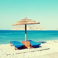 Hamacas en la playa del mar mediterráneo, Creta foto