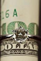 anillo de diamantes y dólar foto