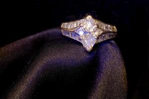 anillo de diamantes en seda cruda foto