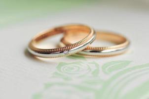 Eheringe im Zusammenhang mit Romantik und Hochzeit