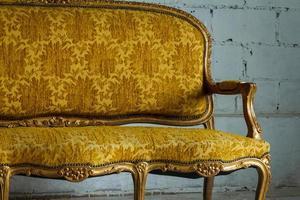 sofá vintage dorado