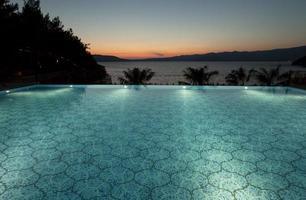 piscine à débordement éclairée