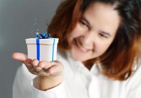 Retrato de mujer de negocios joven feliz foto
