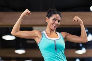 mujer deportiva mostrando sus bíceps foto