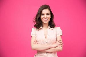 Retrato de una mujer sonriente con los brazos cruzados. foto