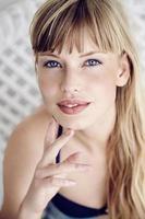 impresionante mujer de ojos azules foto